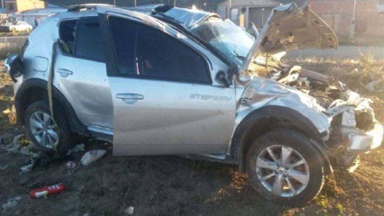 El auto que fuera sustraído cuando se hallaba con el motor en marcha quedó seriamente dañado al ser volcado por el autor del ilícito.