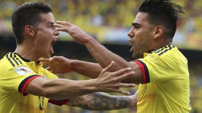Radamel Falcao García festeja el gol del empate colombiano con James Rodríguez.