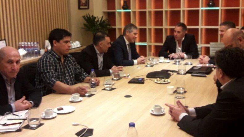 En la reunión entre funcionarios provinciales y dirigentes de gremios petroleros con directivos de PAE se acordó reinsertar laboralmente a 27 operarios.
