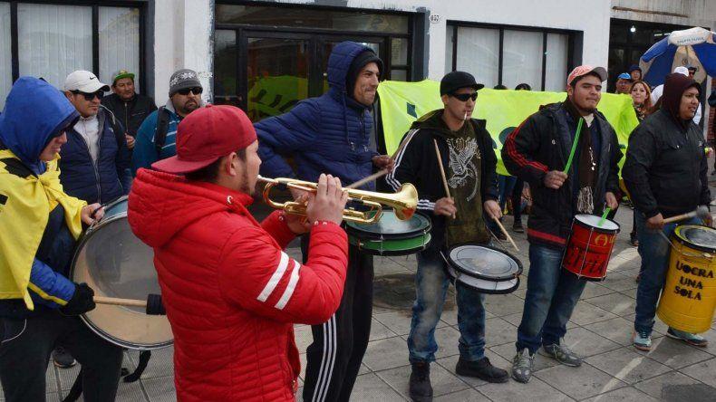 Otra manifestación de trabajadores desocupados afilados a la UOCRA se produjo ayer frente al edificio central del municipio caletense.