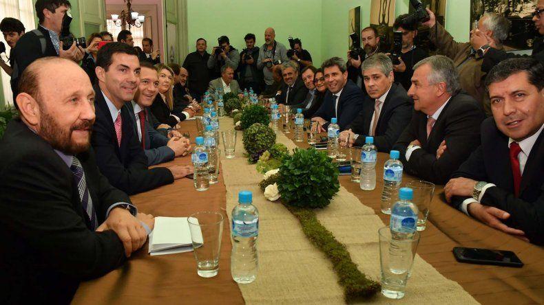 Representantes de 21 provincias se reunieron ayer por la tarde en la Casa de San Juan en Buenos Aires.