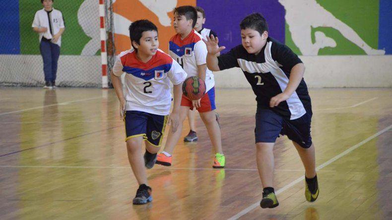 Los chicos disfrutaron de un fin de semana a puro mini hándbol en el gimnasio del Complejo Huergo.