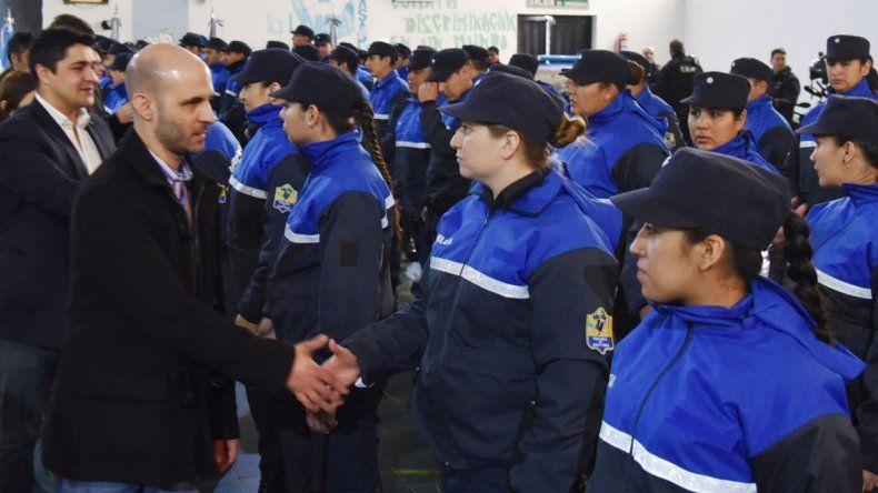 El ministro de Gobierno y el secretario de Seguridad saludan al personal policial de áreas operativas de Caleta Olivia que ayer estrenaron los nuevos uniformes.