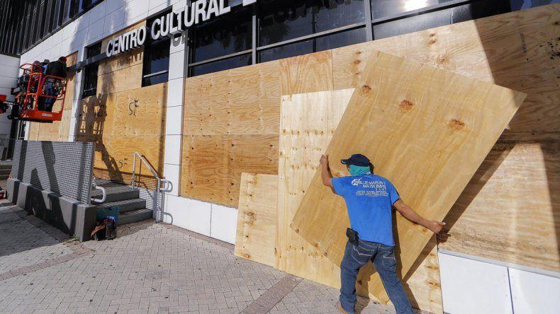 En Miami se preparan para la llegada del huracán Irma proyectada para mañana.