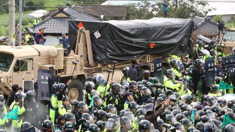 Ciudadanos surcoreanos protestan por la llegada de equipos misilísticos de Estados Unidos a su territorio.