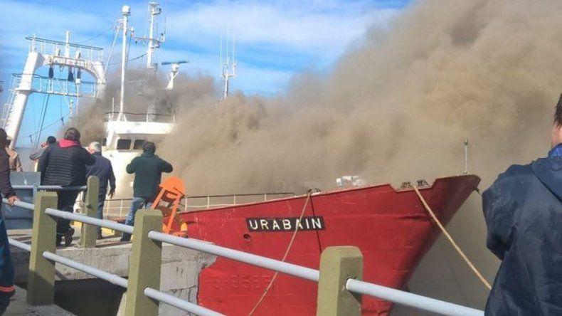Rescataron a tripulantes de un buque que se incendió