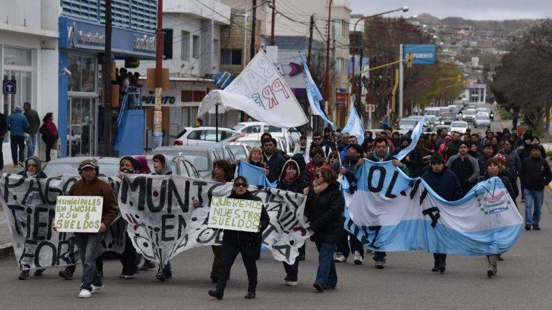 Trabajadores municipales volvieron a parar y a movilizarse por calles céntricas reclamando la regularización del pago de sus salarios en plazos legales.