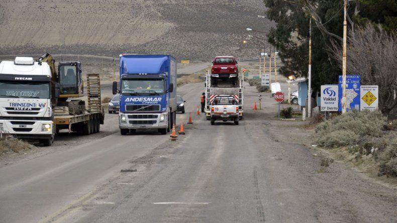 Por estrictos controles retienen  a camiones y vehículos livianos