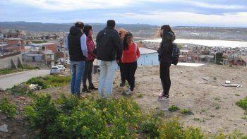 Funcionarios de la Secretaría de Obras Públicas y un grupo de alumnas del Colegio San José Obrero visitaron el terreno donde se proyecta construir un mirador.