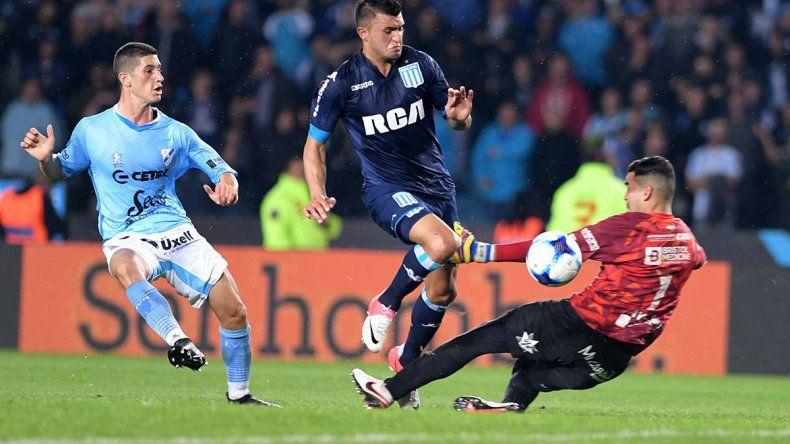 Enrique Triverio define ante la salida de Josué Ayala en la acción del primer gol del partido jugado anoche en Avellaneda entre Racing y Temperley.