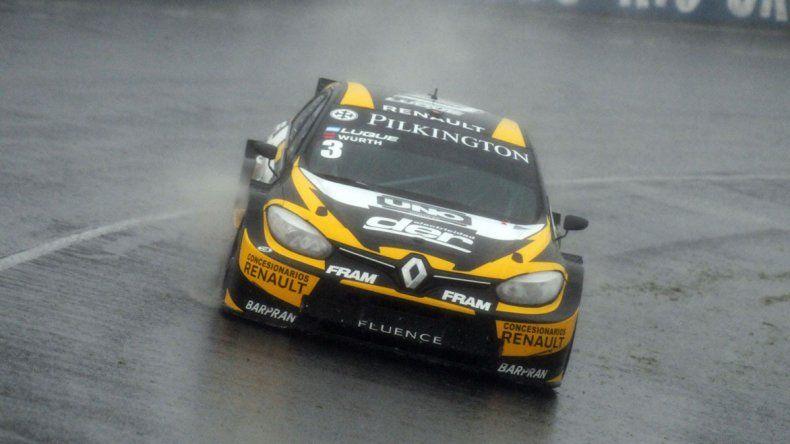 El Renault Fluence de Manuel Luque que terminó festejando ayer bajo la lluvia.