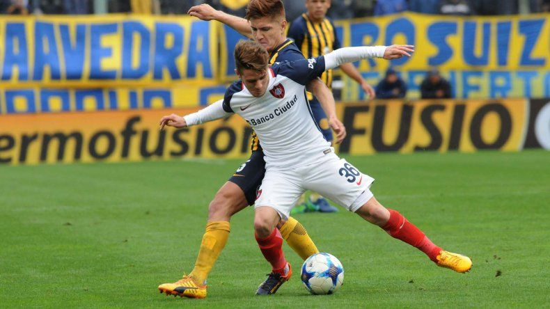 Bautista Merlini con el balón marcado por el Colo Leonardo Gil en el partido jugado ayer en Rosario.