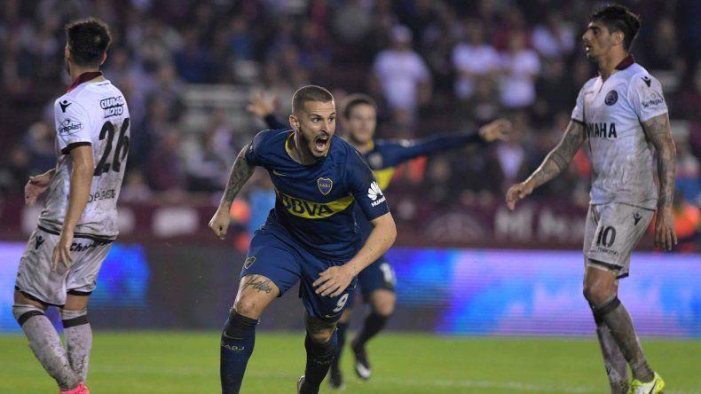 Darío Benedetto festeja el gol que le marcó anoche a Lanús.