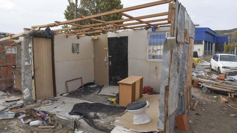 En el San Cayetano una familia perdió todo cuando el viento les voló el techo y derribó una de las paredes de su vivienda.