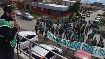 El secretario general de la filial local de ATE, Carlos Garzón, expuso ante los afiliados en la manifestación que se realizó en el acceso al CIC Virgen del Valle, donde se encontraba la ministra de Desarrollo Social.