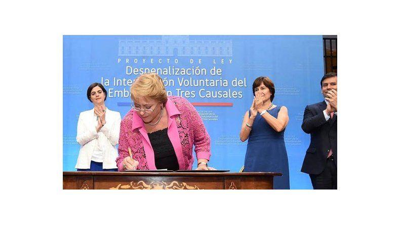 La presidenta chilena al promulgar la normativa.