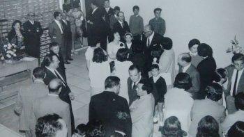 Gumersindo Silva Fariña hablando con el gobernador Roque González y el escribano José Ojeda, Juan Andrés Fernández, la madre de Gumersindo, Manuela Fariña, el escribano Altuna, el Dr. Zabala y Elena Rodríguez.