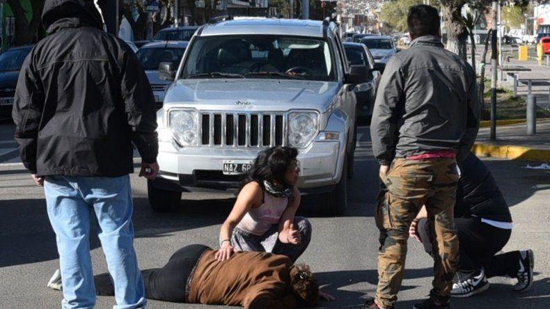 La conductora del Jeep procura ayudar a la mujer que atropelló en una esquina céntrica de Caleta Olivia.