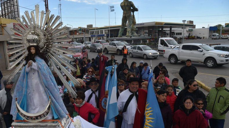 El viento patagónico acompañó procesión de residentes salteños