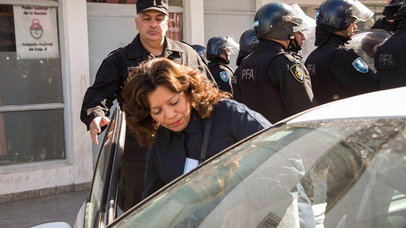 Silvina Avila al retirarse del Juzgado Federal de Esquel.