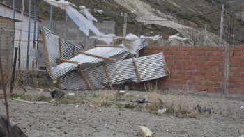 Detrás del barrio Las Orquídeas el viento arrancó el techo de una casa y las chapas terminaron en otro terreno.