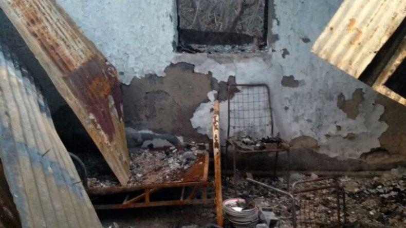 Sobre el elástico de la cama destruida por el fuego -y también en el suelo- los policías rurales hallaron trozos de huesos que presumiblemente serían humanos.