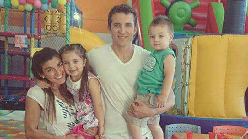 Junto a su pareja Diego Medici y sus hijos.