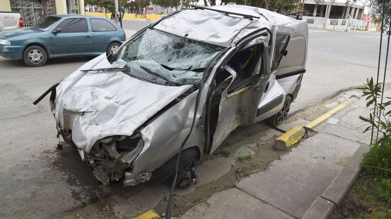 La Renault Kangoo que conducía un joven de 18 años quedó destrozada.