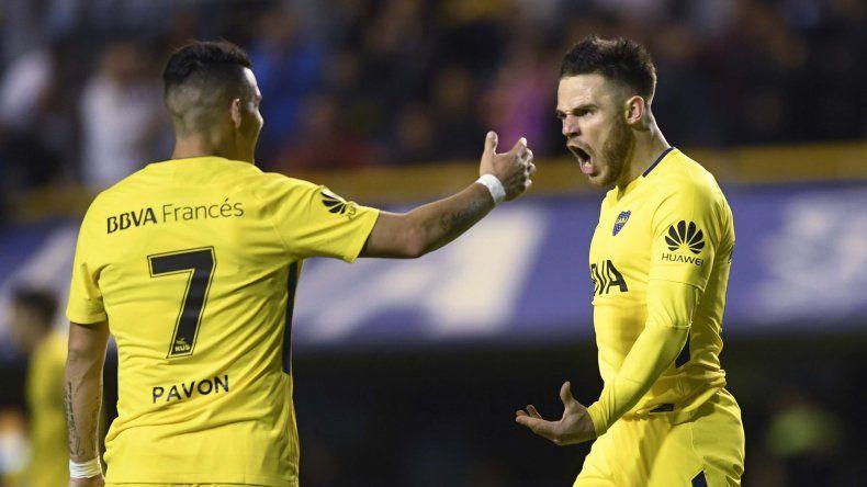 Nahitan Nández festeja su gol con Cristian Pavón anoche en La Bombonera.