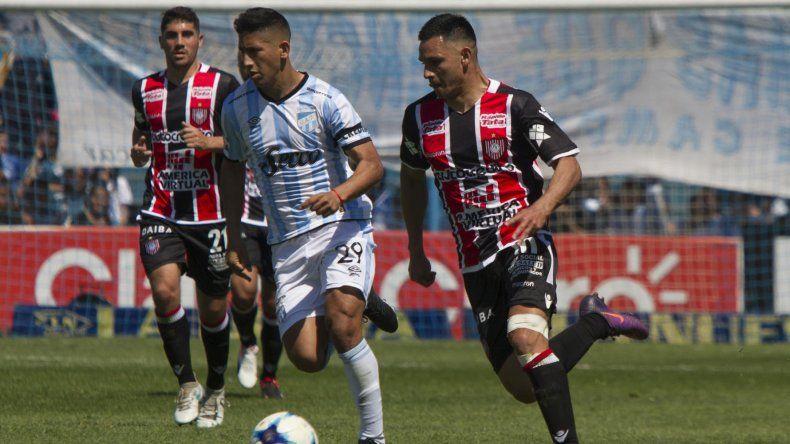 Matías Rodríguez se lleva el balón ante la marca de Rodrigo Aliendro en el partido jugado ayer entre Atlético Tucumán y Chacarita.