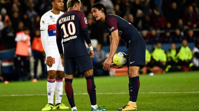 Dani Alves y Neymar, en guerra contra Edinson Cavani
