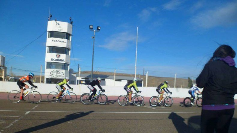 El ciclismo de ruta de la región abrió su temporada en el autódromo local.