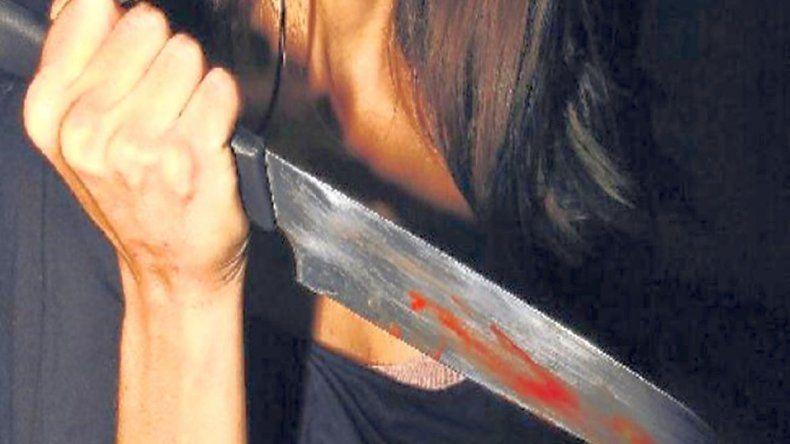 Investigan por qué causa una mujer apuñaló a su pareja y a un amigo