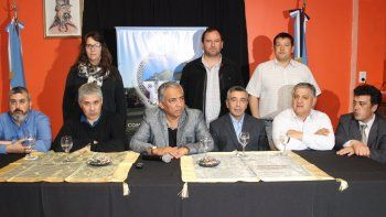 Luego de la reunión con directivos de YPF en Cañadón Seco, los funcionarios políticos y dirigentes gremiales ofrecieron una conferencia de prensa.