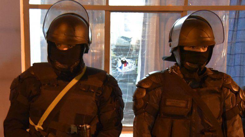 Una de las piedras destrozó la ventana del despacho del jefe de la dependencia policial.