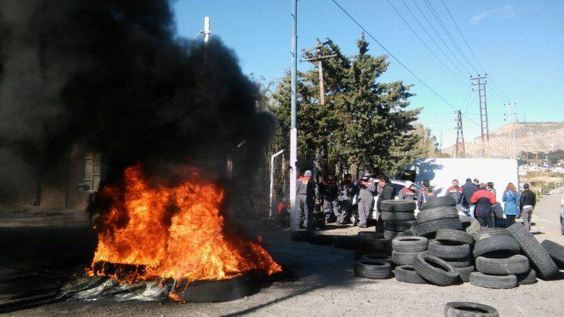 Protesta con quema de cubiertas en Nuevo Cerro Dragón