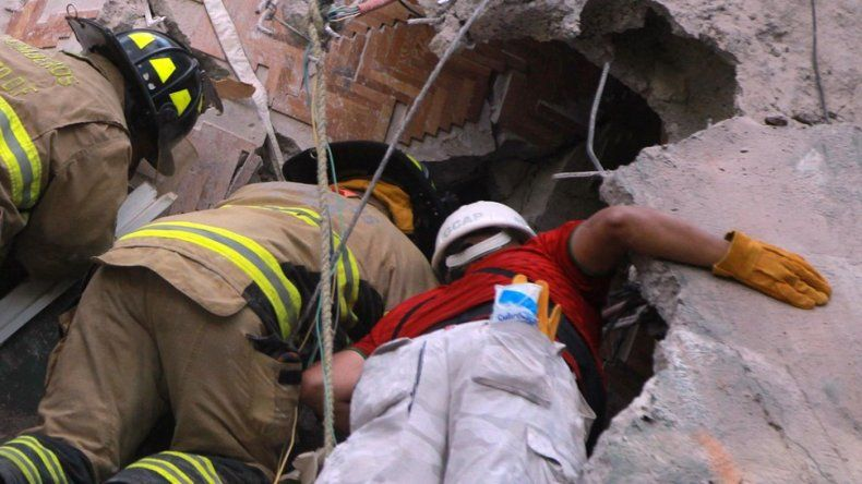 Intentan rescatar a una niña entre los escombros del colegio Rébsamen
