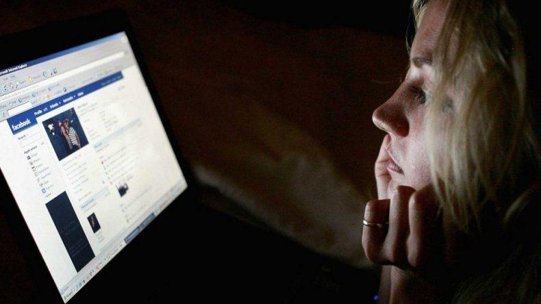 Revisar Facebook, mails o el celular de la pareja es un delito federal