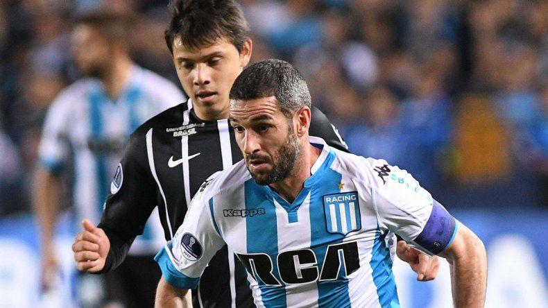 Lisandro López se lleva el balón marcado por Angel Romero en el partido que Racing empató la noche del miércoles con el Corinthians.
