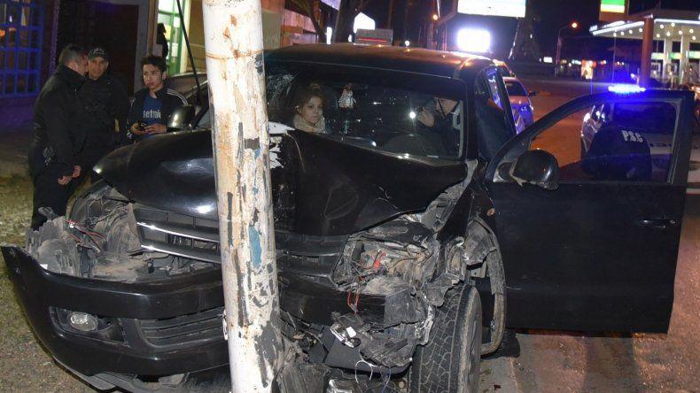 Tras el violento choque contra una columna metálica que destrozó la camioneta