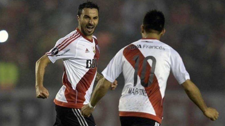 Ignacio Scocco festeja con Gonzalo Martínez uno de los cinco goles que le marcó anoche al Jorge Wilstermann.