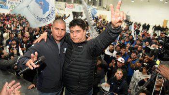 Acompañado por Rafael Guenchenén, ahora electo como secretario adjunto, Claudio Vidal fue ovacionado por trabajadores petroleros en el gimnasio que el gremio construyó en Pico Truncado.