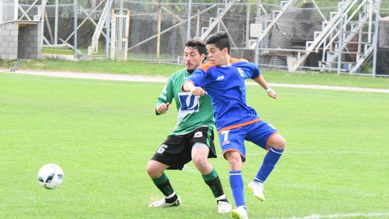 Matías Vargas disputa la pelota con José Perea. El delantero de CAI anotó dos goles en la tarde de ayer.