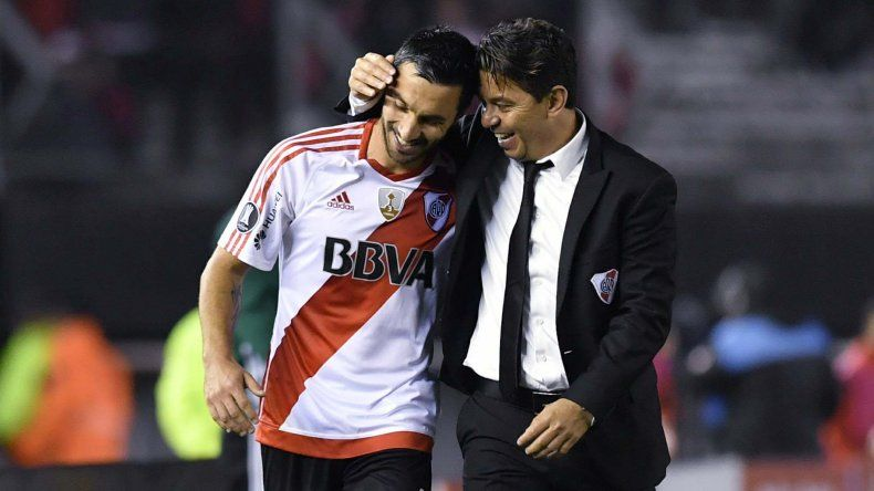 Ignacio Scocco recibe las felicitaciones de su entrenador Marcelo Gallardo tras marcarle cinco goles a Jorge Wilstermann.