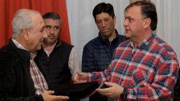 El exgobernador Arturo Puricelli recibió una plaqueta de manos del intendente Javier Belloni, quien también le anunció que una calle de El Calafate llevará su nombre.