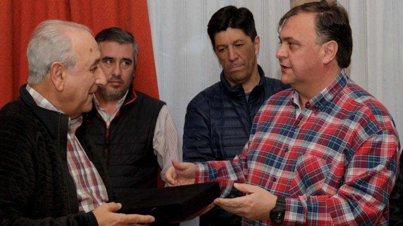 El exgobernador Arturo Puricelli recibió una plaqueta de manos del intendente Javier Belloni