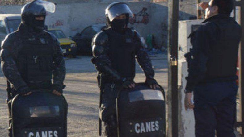 Denunciaron a un policía de la Sección Canes por golpear con una botella a una adolescente