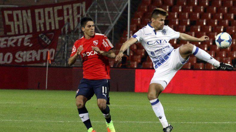 Gastón Giménez disputa el balón con Leandro Fernández en el partido jugado anoche en Mendoza.