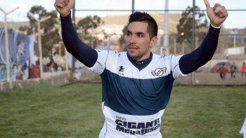 Jorge Aynol festeja la apertura del marcador en Caleta Olivia, con un gol olímpico.