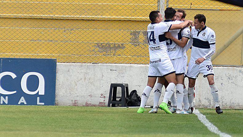 Gimnasia festeja el gol olímpico que marcó el uruguayo Braian Alemán.
